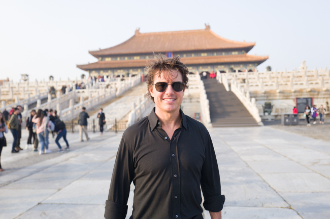 jr2_15_tom-cruise-visits-the-forbidden-city_beijing_china_lucian-capellaro