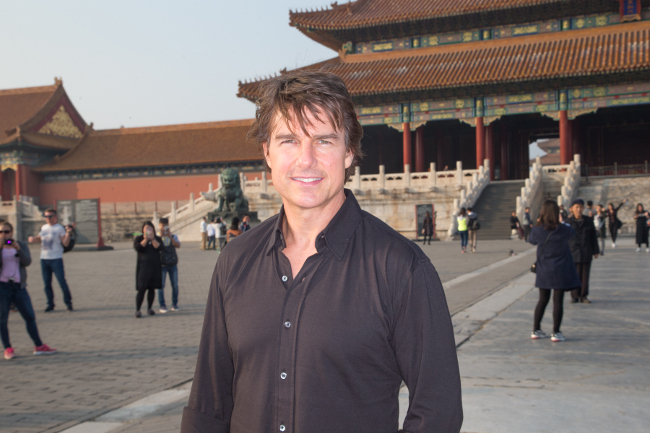 jr2_20_tom-cruise-visits-the-forbidden-city_beijing_china_lucian-capellaro