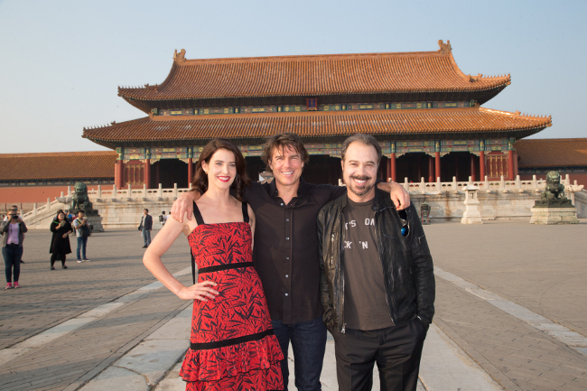 jr2_21_cobie-smulders_tom-cruise_edward-zwick_forbidden-city_beijing_china_lucian-capellaro