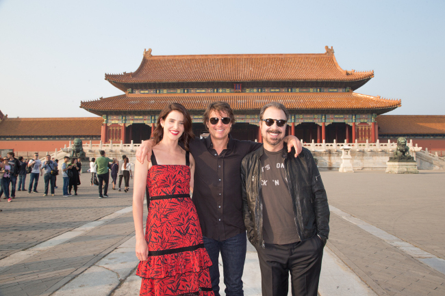 jr2_22_cobie-smulders_tom-cruise_edward-zwick_forbidden-city_beijing_china_lucian-capellaro